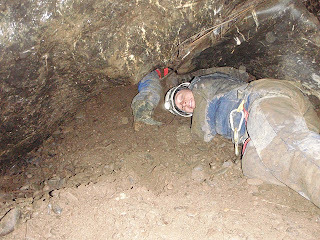 nanske kruipt door de modder in de grot