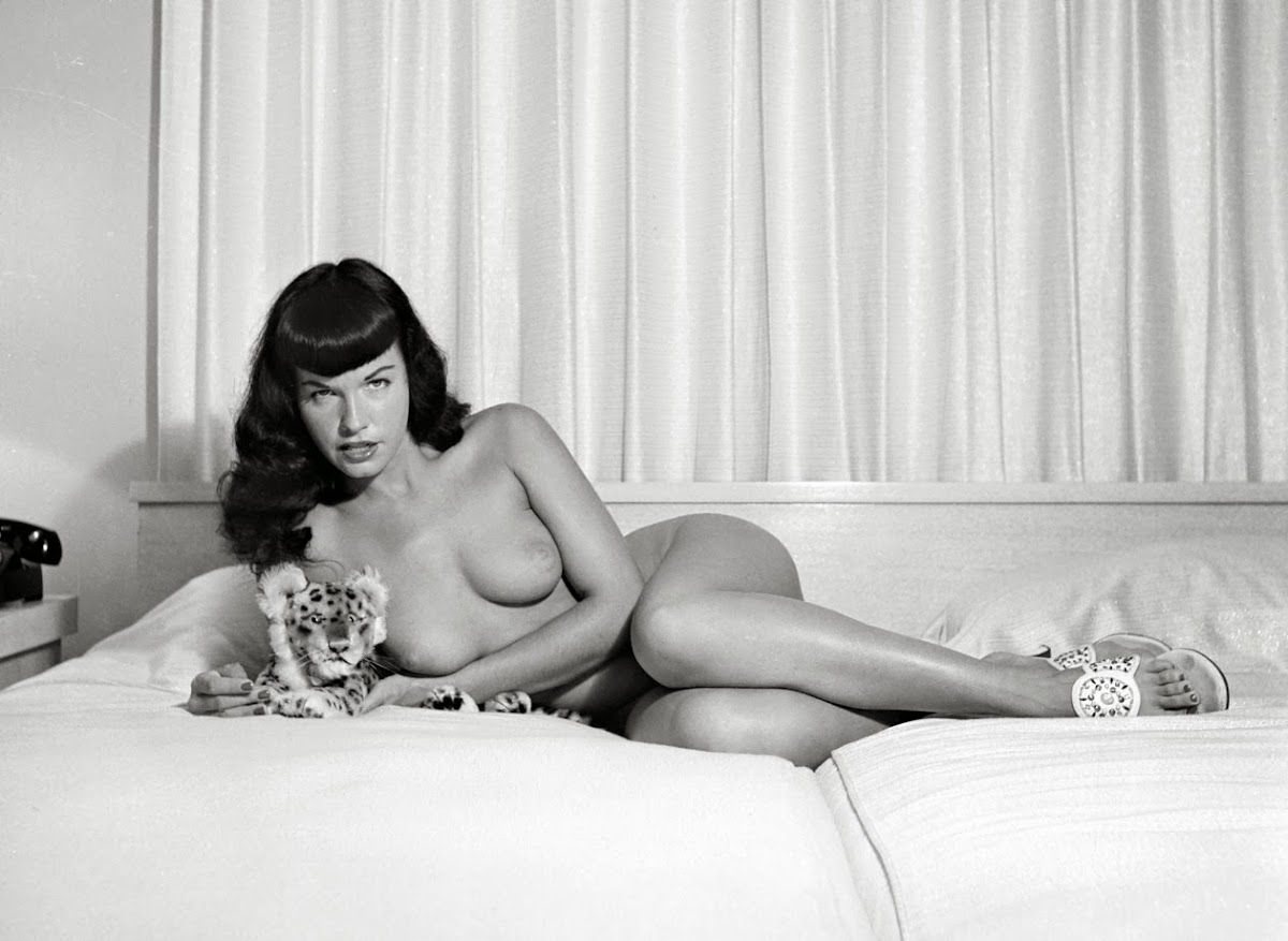 http://2.bp.blogspot.com/-ef0e_VBZaNw/UwAO6OQRbmI/AAAAAAAAjXI/_lBpYjVLN_E/s1200/4-Bettie-Page-with-Stuffed-Tiger-Web.jpg