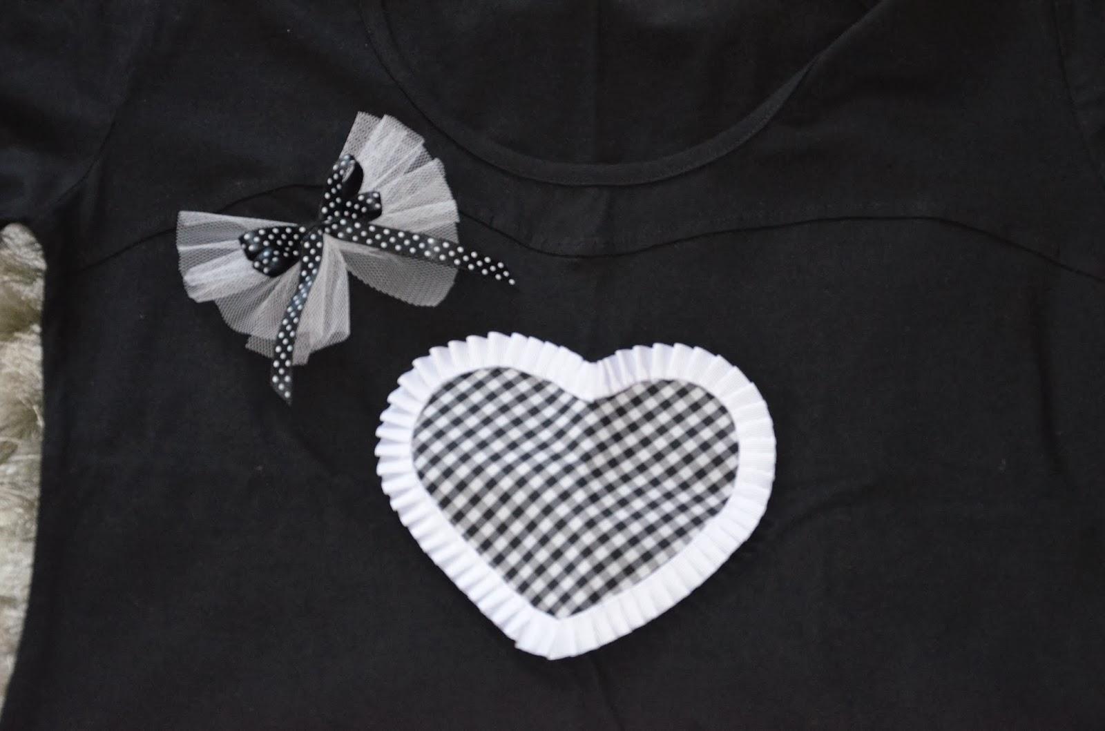aplicación de corazon de vichy negro y blanco con plisado blanco y lazo decorativo