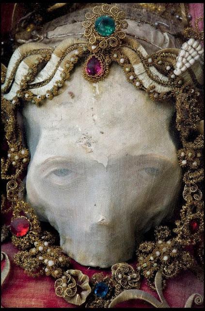 Restos humanos de santos adornados con joyas