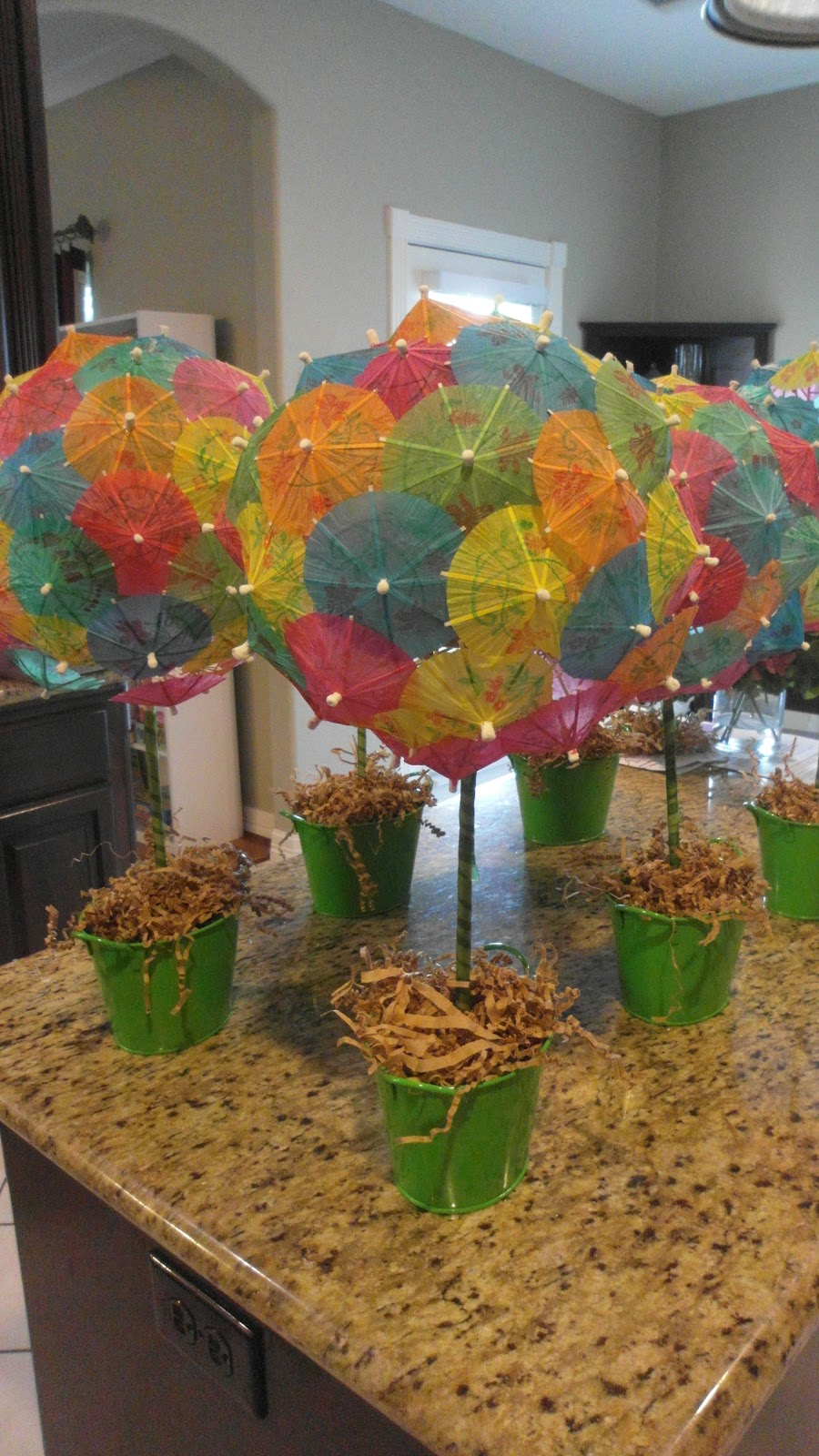 I saw that going differently in my mind  Parasol topiaries -> Enfeites De Mesa Para Luau