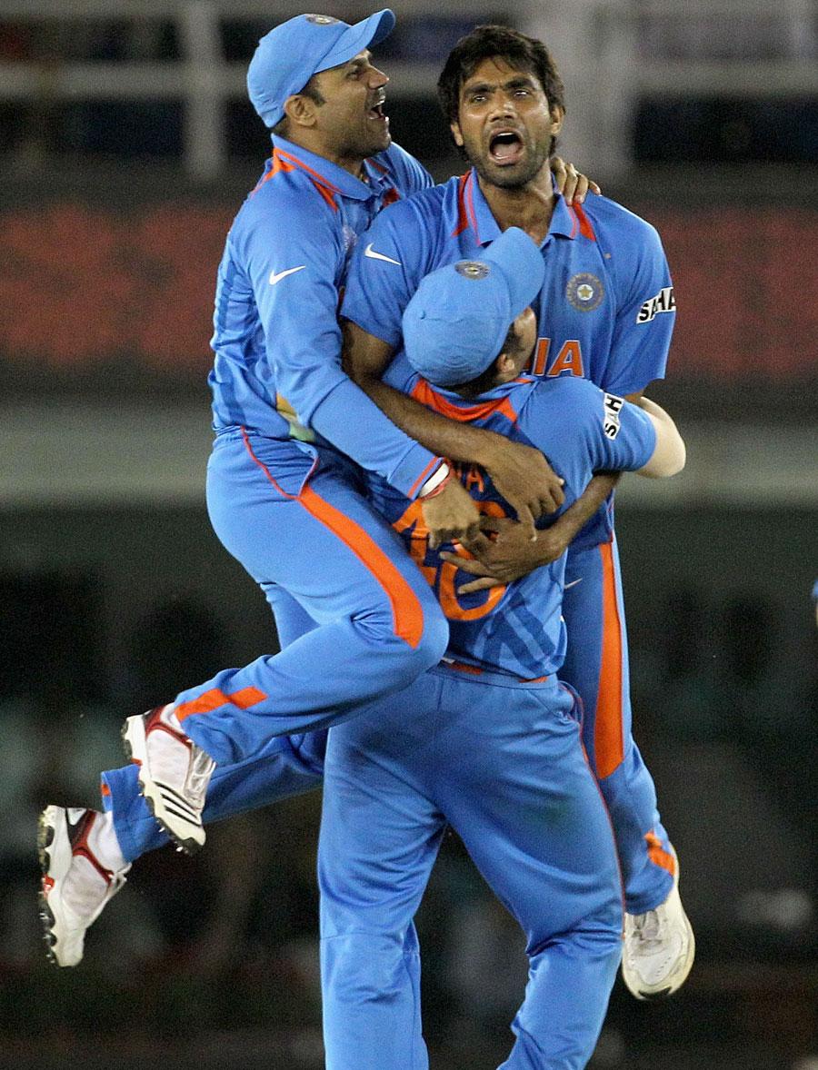 http://2.bp.blogspot.com/-efv_pftunQU/TZNqKHFxlEI/AAAAAAAACy0/CYuo_C50xWQ/s1600/fall-of-pakistan-wickets-semifinal%252810%2529.jpg