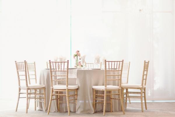 blanco y dorado colores para una boda