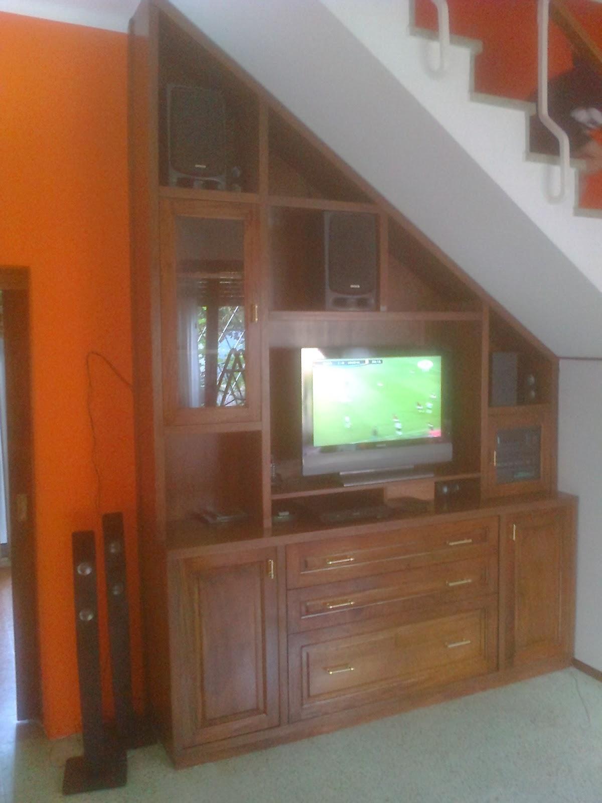 Benjamin mueble tv bajo escalera en cedro for Muebles bajo escalera fotos