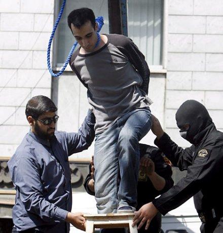 イランの公開処刑。政府に楯突いた人間は容赦なく公開処刑