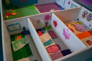 Cajón de madera convertido en casa de muñecas