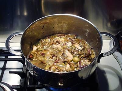 Risotto con carciofi e asiago: cuocere il riso aggiungendo il brodo