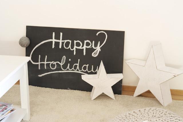 Chalkboard Happy Holidays mit weißen Holzsternen