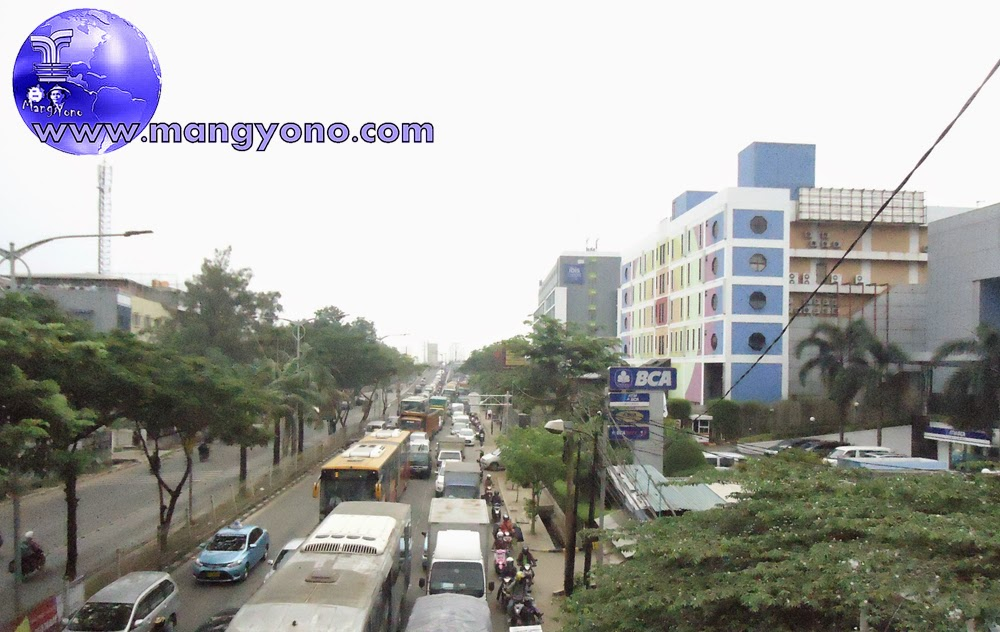 Arus lalulintas terlihat padat merayap di Jl. Daan Mogot, dari arah Kalideres ke Grogol Jakarta Barat