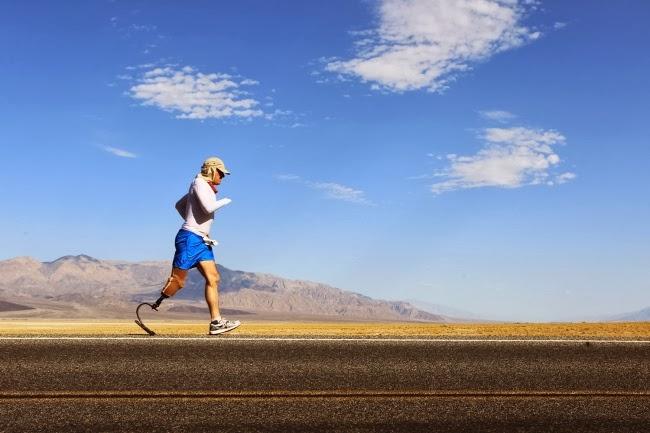 50-летний англичанин Крис Луна, у которого ампутированы нога и рука, бежит ежегодный Супермарафон Бэдуотер (Badwater Ultramarathon) в Долине Смерти. Калифорния, США.