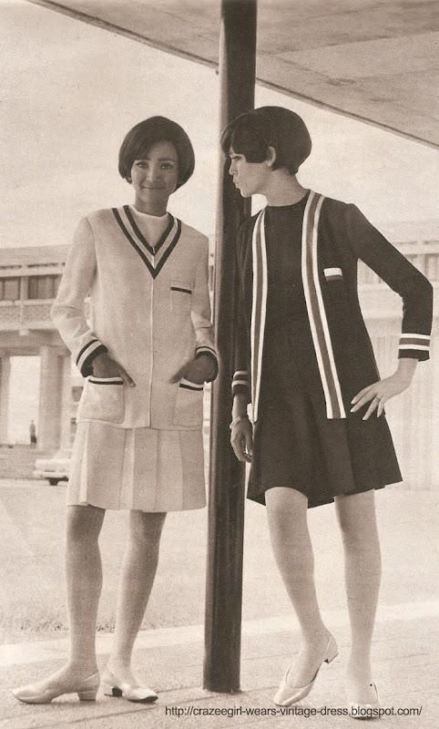 Edmée, en crêpe blanc, porte une veste à fermeture à glissière, décolleté en V, gansée marine. Jupe plissée . BENJAMIN DAVY.  2. Amanda, en crêpe marine, veste longue droite , bord à bord, gansée tricolore. jupe plissée . BENJAMIN DAVY . chandail TIMWEAR . university campus sport sportswear wear 1967 60s 1960