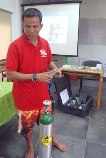 PADI Instructor Rey teaching oxygen use