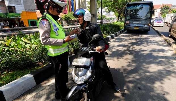 Polisi yang sedang razia