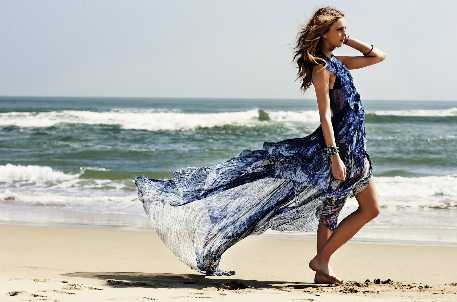 Красива брюнетка си върви по плажа, HD Wallpaper