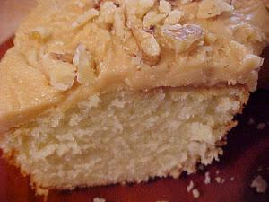 Gâteau blanc et son glaçage au sucre à la crème