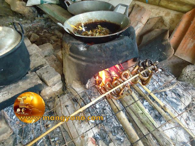 FOTO : Goreng Belut dan panggang belut di tungku / hawu.