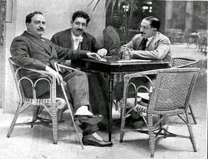"""Vicente Blasco Ibáñez en el Palace Hotel,acompañado del Sr.Francés y del """"Caballero Audaz"""" 1915. Foto Campúa."""