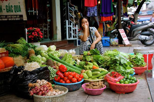 Verduras e legumes vendido na rua no Vietnã
