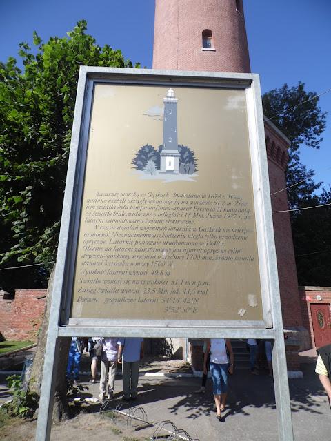 latarnia morska w Gąskach - widok od strony wejścia i tablica informacyjna