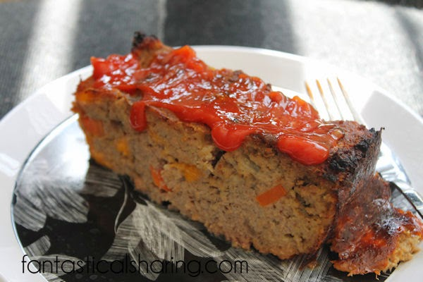 Replace ground beef with a healthier alternative and add cheese and you have this AMAZING Cheesy Turkey Meatloaf! #recipe