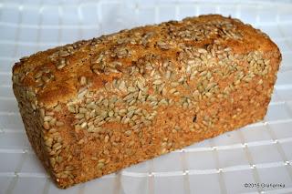 Upieczny chleb, cały w słoneczniku