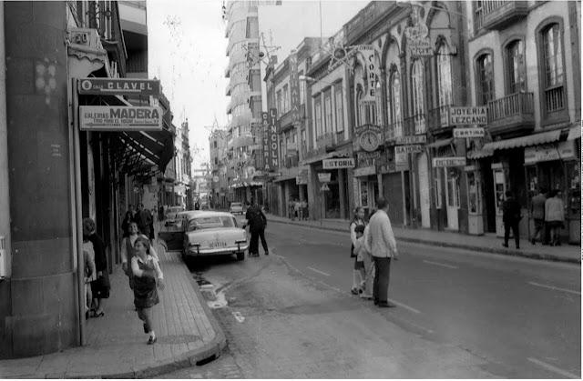Navidades en la calle mayor de Triana en Las Palmas de Gran Canaria.  Década de 1960-1970.