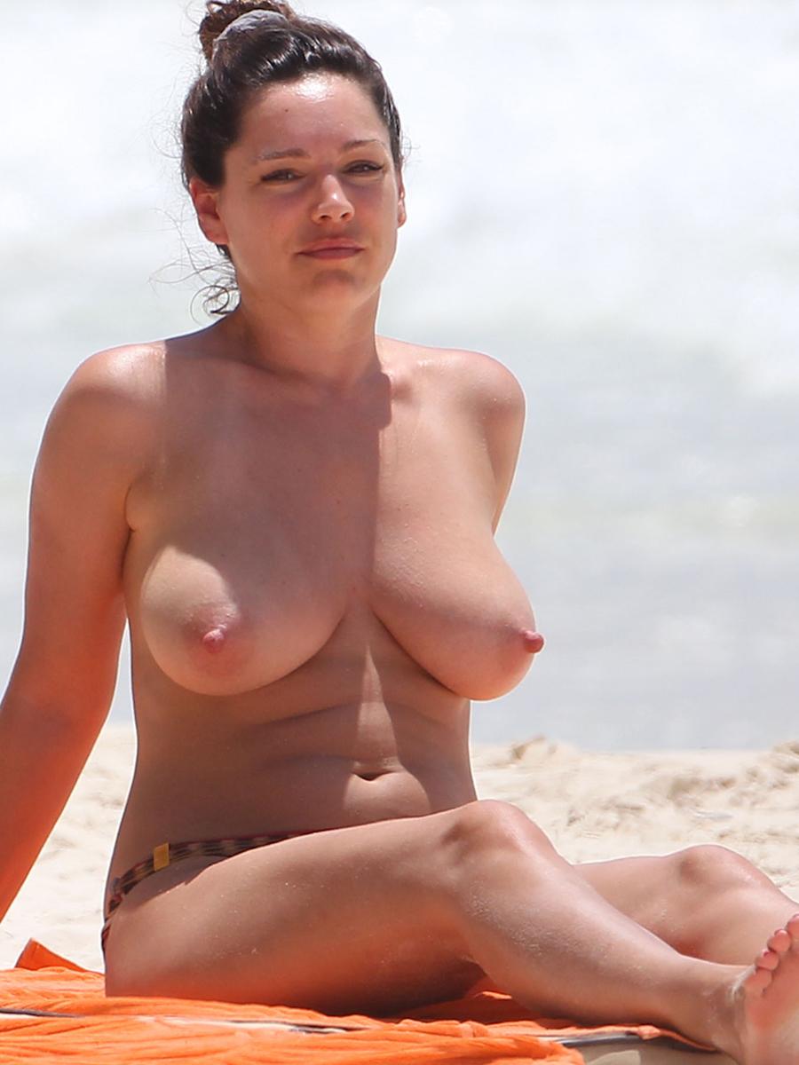 kelly brook topless big boobs bikini candids on the beach in cancun
