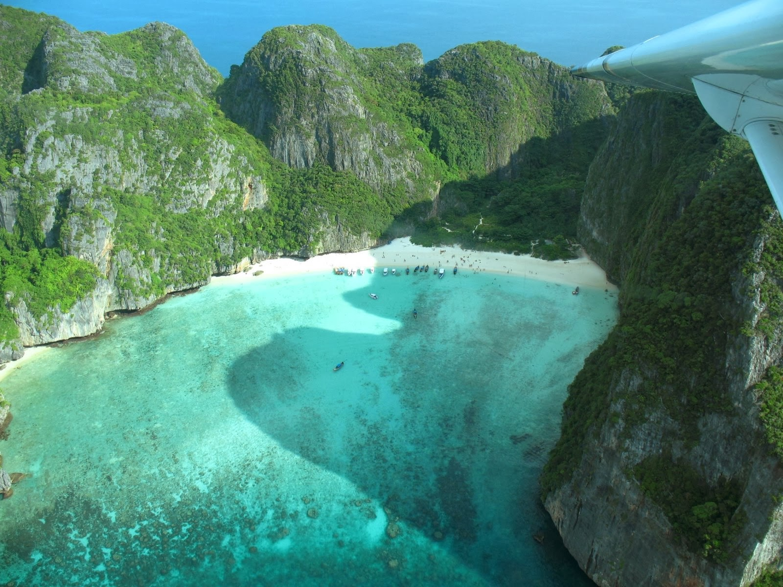 <b>Maya Bay</b> and the Phi Phi Islands - The Fernweh Wolf