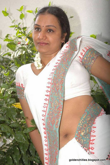 aunty exposing in saree