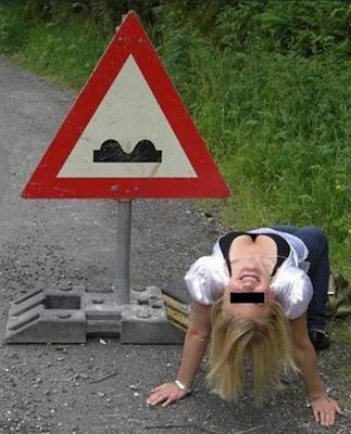 najsmesniji znakovi: plavuša pored znaka opasnosti!