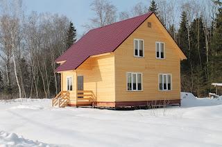 Деревянный дом на винтовом фундаменте. Фото