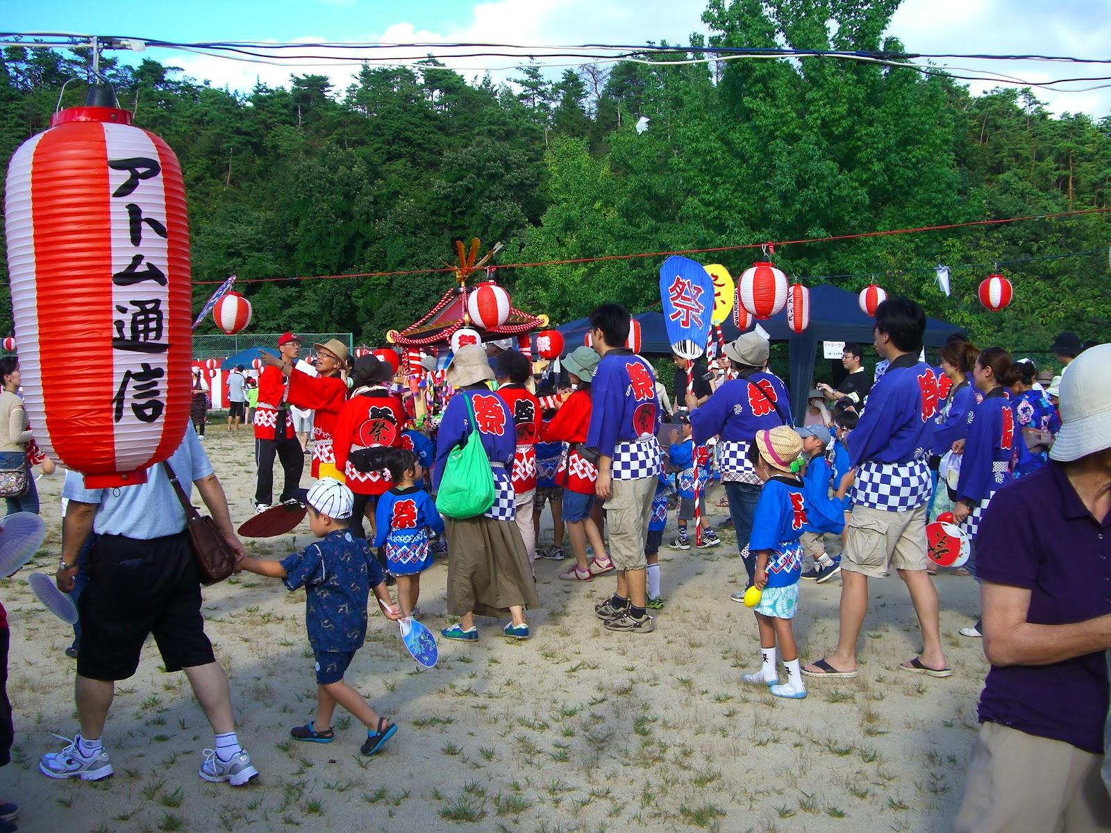 子供みこし 8月4日(土)五月台の夏祭りでした、倉庫に保管されていた みこし は飾りつけも新たに、大勢の可愛い子供たちが揃いのはっぴ姿で綱を引き、町内を笛太鼓で練り歩きまし  ...