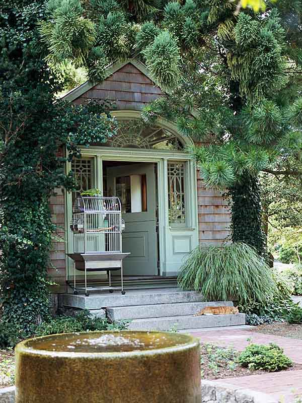 fachada de cabaña del jardin tapada de arboles