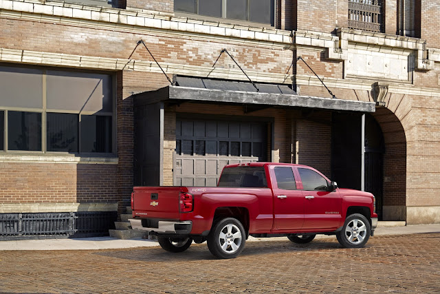 2015 Chevrolet Silverado 1500 Custom rear 7/8 view