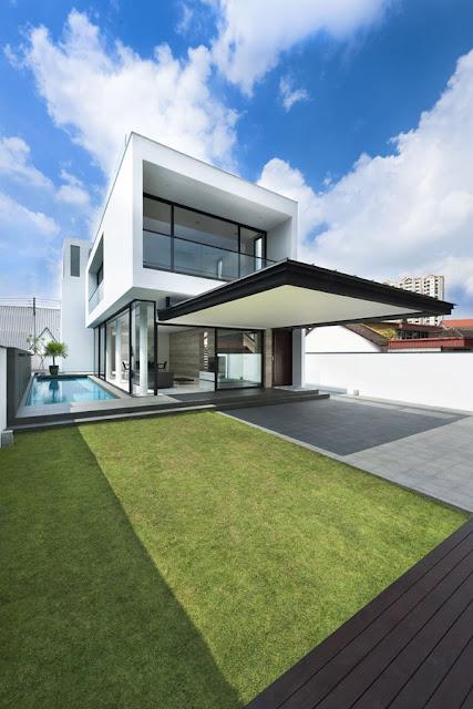 Стильный дом с большим козырьком и бассейном