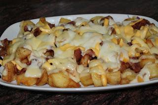Patatas con queso fundido.