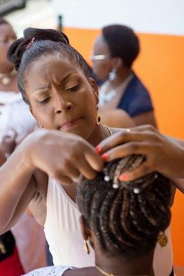 ajustement de la coiffure d'une de moiselle d'honneur en Guadeloupe
