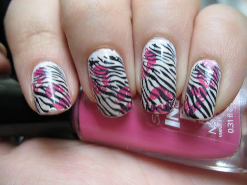 Moondancerjen\'s Nails: Zebra Nails with Kisses!