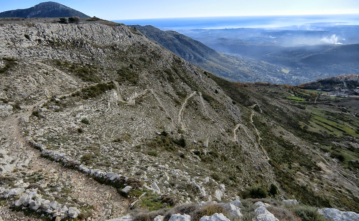 The wide path descending down from Plateau de Cavillore