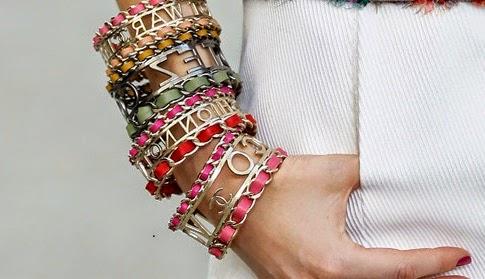 La tendencia de este verano es ir cargada, y bien cagada, de pulseras. La clave está en elegirlas diferentes, pero con un toque o estilo en común.