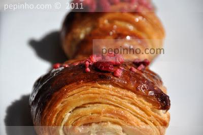Croissants de crema de almendras al sirope de rosas, compota de frambuesas y lichis.
