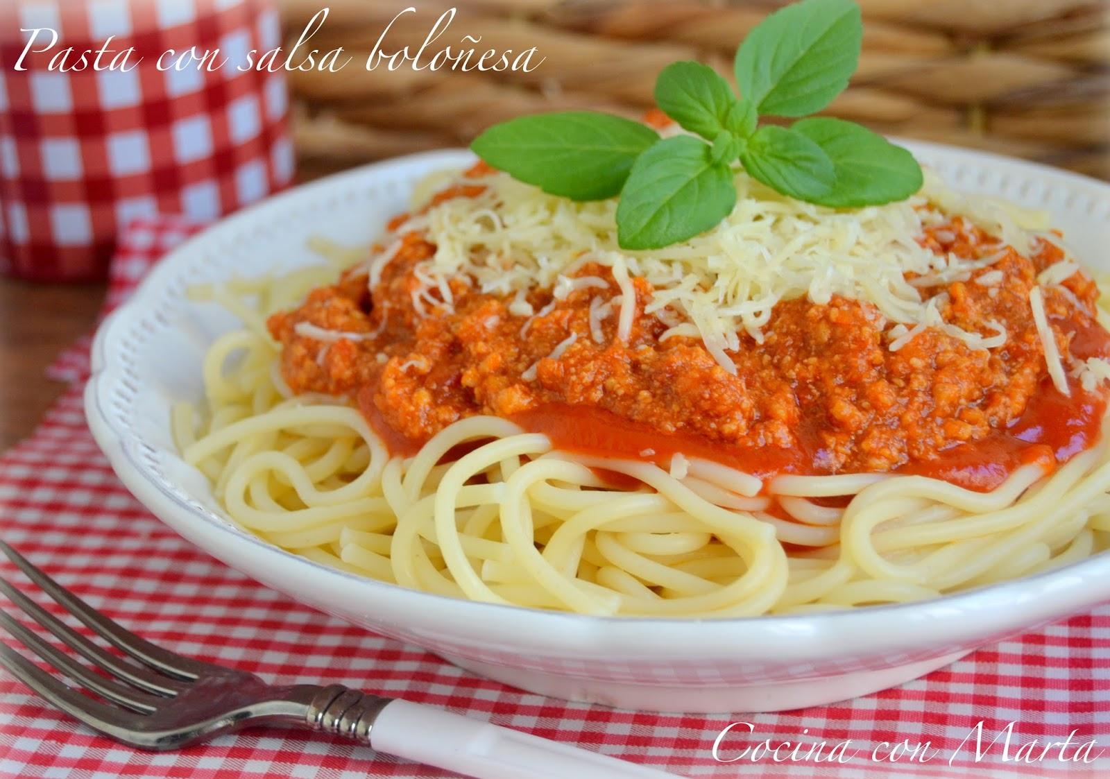 Pasta, macarrones, espaguetis con salsa boloñesa casera. Receta fácil, con y sin Thermomix.