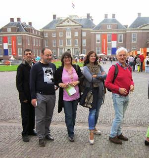 Fotografia dos participantes na enorme fila para entrar no Palácio Het Loo
