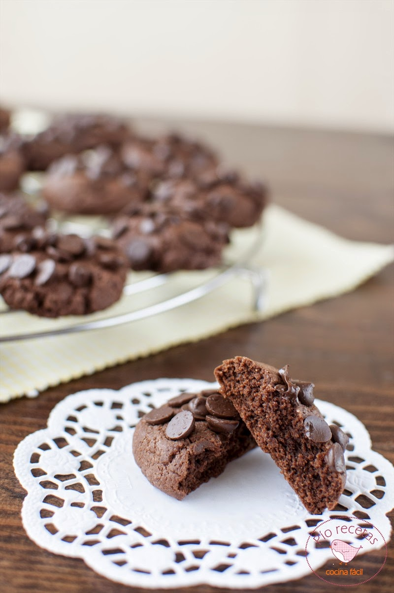 galleta de chocolate sin lactosa cortada por la mitad