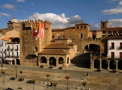 Acceso al Casco Histórico desde la Plaza Mayor - Cáceres - que visitar