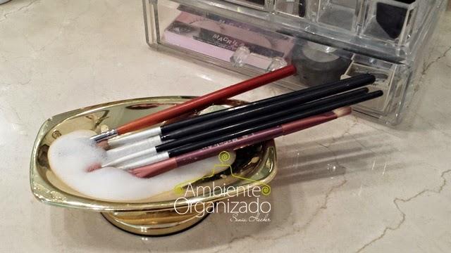 Usar sabonete neutro para limpar pinceis de maquiagem