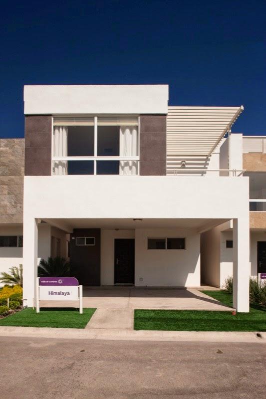 Fachadas de casas modernas fachada himalaya en cumbres for Fotos de casas modernas con balcon