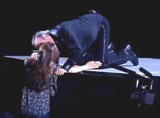 Video Neil KISSING FAN in Concert June 30th 2011!