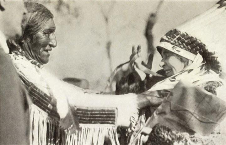 Regina Maria si capetenia indienilor