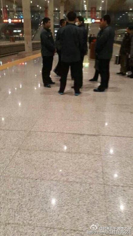 疑似杨卫泽在南京南站候车时被5名中纪委人员包围